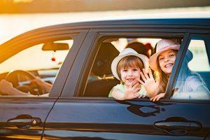 Familj i bil på sommaren